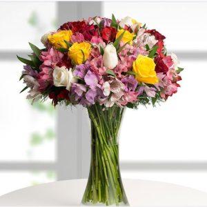 Ramo de rosas variadas y alstromelias
