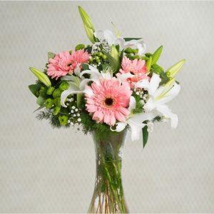 Ramo de gerberas rosas, lilium blanco y margarita de pompon verdes