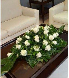 Centro plano de rosas blancas