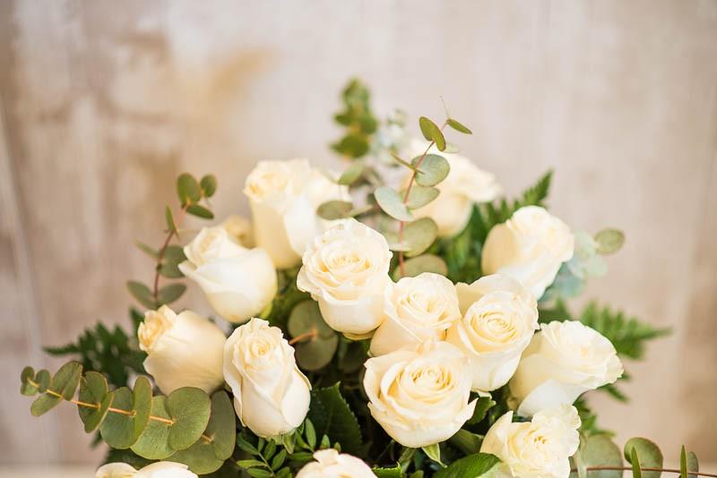 18 rosas blancas tallo largo