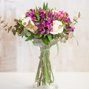 Ramo de rosas blancas y alstroemelias