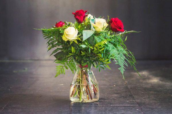 Ramo rosas blacas y rojas