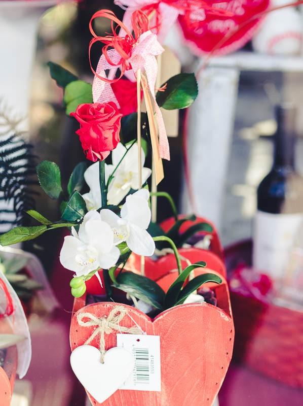 Composición Orquídea artificial y Rosa eterna