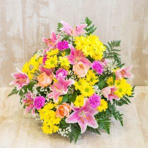 Centro margaritas, lilium y rosas