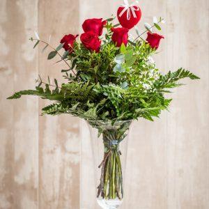 Ramo 6 rosas rojas con pick de corazón
