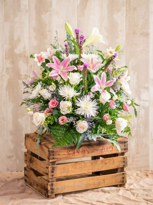 Centro en tonos blanco, rosa y morado