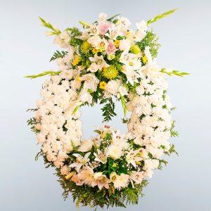 Corona de flores blanca con dos cabeceros para enviar al tanatorio de toledo o cualquier otro de la provincia.