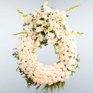 Corona de flores blanca con un cabecero para enviar al tanatorio de Toledo y cualquier tanatorio de la provincia de Toledo.