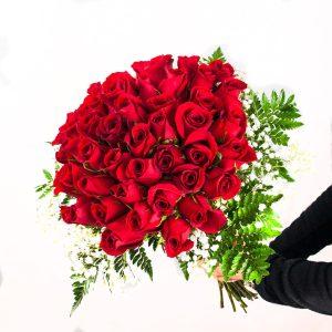 Detalle ramo de 50 rosas de tallo largo a domicilio en Toledo