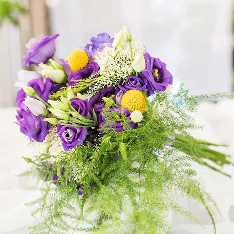 Ramo de novia con flores en tonos morados para boda en Toledo