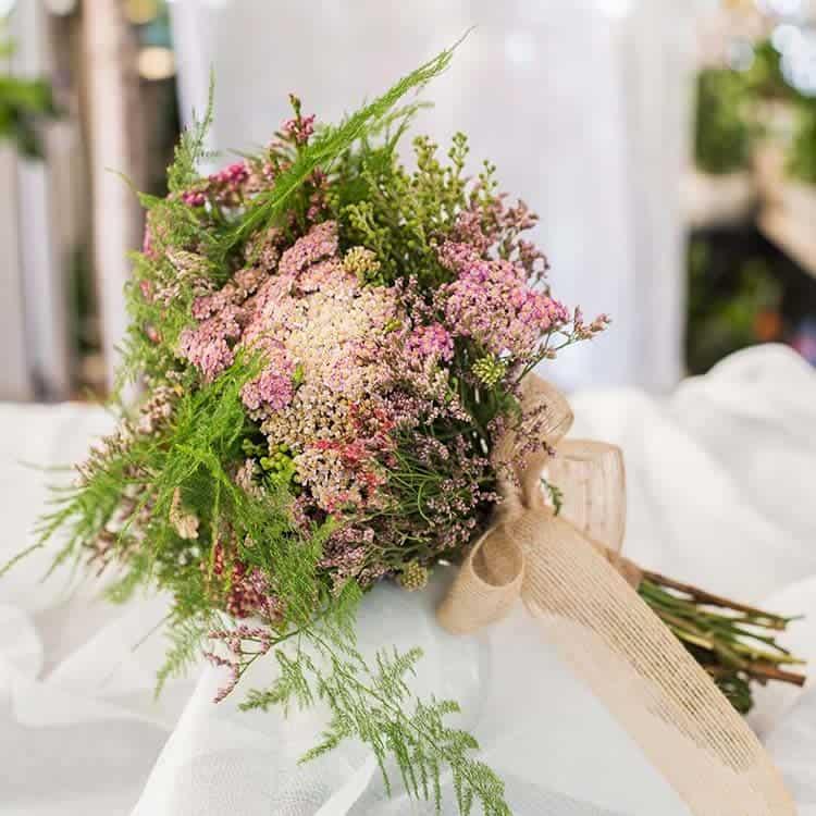 Ramo de novia con flores silvestres para boda en Toledo
